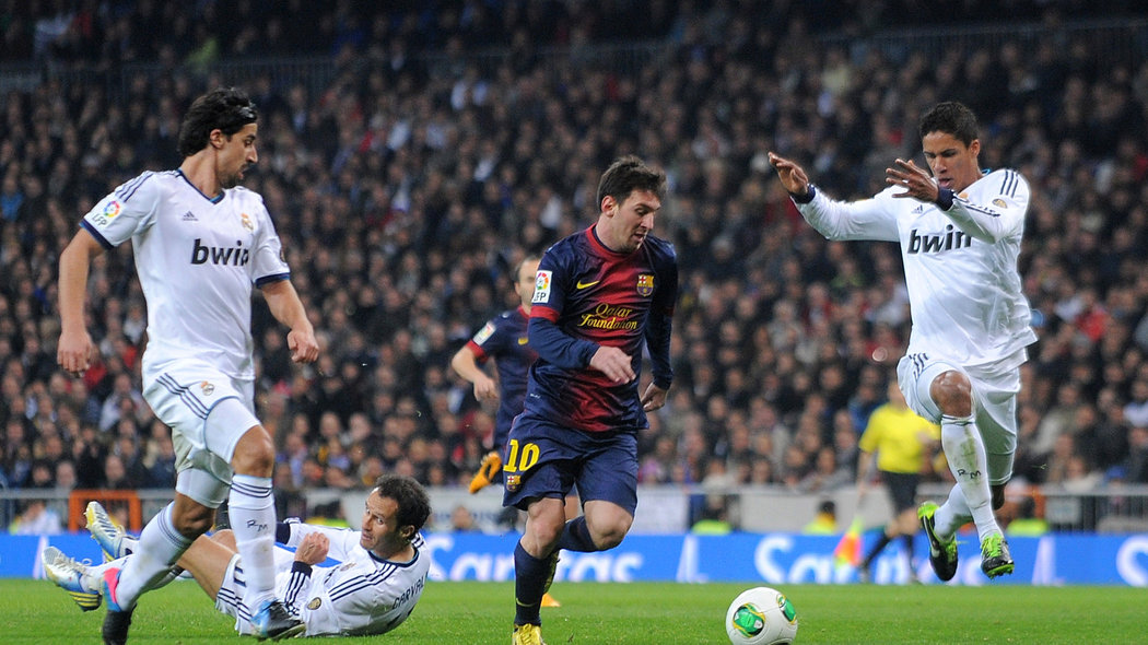 MADRID, SPAIN - JANUARY 30: Lio Messi (C) of FC Barcelona dribbles past Sami Khedira (L) Ricardo Carvalho and Ricardo Carvalho (R) of Real Madrid CF during the Copa del Rey semi final, first leg match between Real Madrid CF and FC Barcelona at Estadio Santiago Bernabeu on January 30, 2013 in Madrid, Spain. (Photo by Denis Doyle/Getty Images)